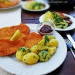 Wiener Schnitzel am Esstisch
