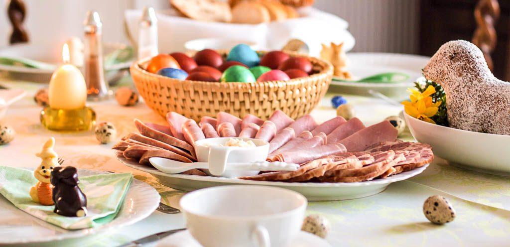 Ostern gedeckter Tisch